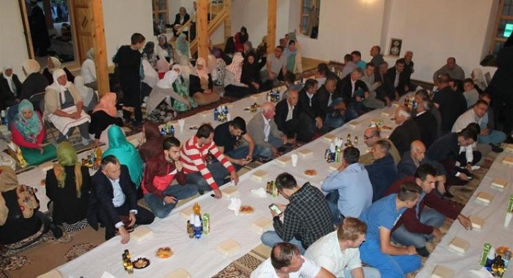 Nevesinje: Nakon 24 godine prvi put organiziran iftar i klanjan teravih namaz u Carevoj džamiji (FOTO)
